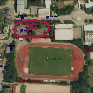 Parkplatz neben Sportplatz - Gut geschützt